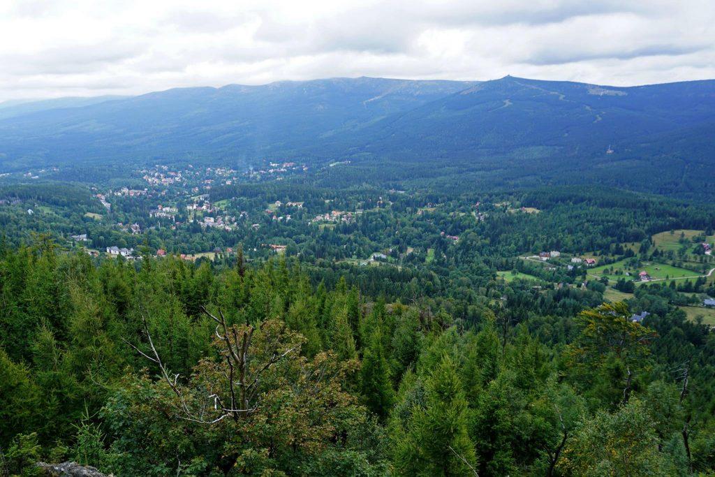 Panorama z Wysokiego Kamienia na Szklarską Porębę z Karkonoszami w tle.